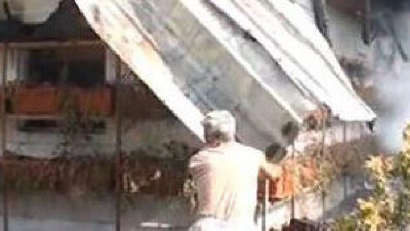 VIDEO! Bacau: Casa parohiala mistuita de flacari
