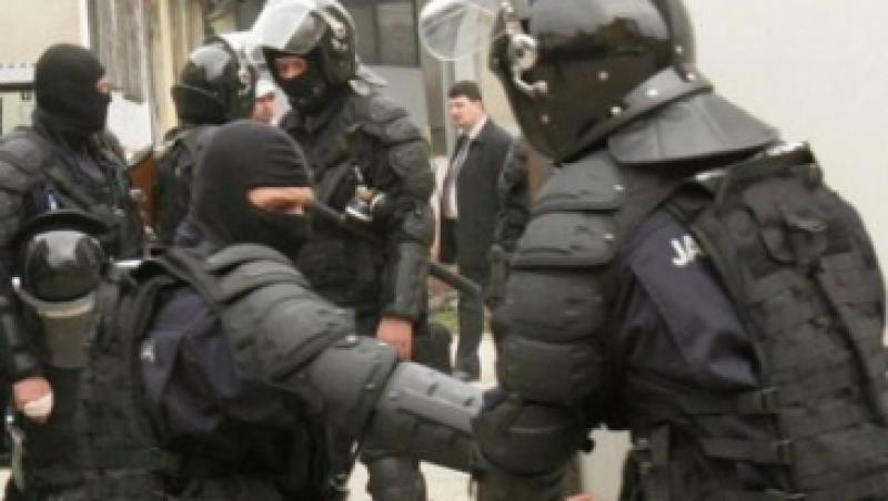 UPDATE! Perchezitii in Deta: Arme albe, pistoale si masina fiului primarului, gasite