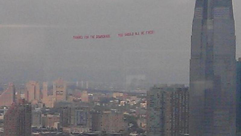 Protest din avion fata de agentia S&P al unui broker newyorkez: