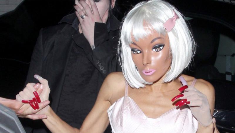 FOTO! Uite ce iubita din plastic are Marilyn Manson!