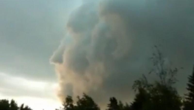 Un nor cu forma de chip uman, filmat pe cerul Canadei
