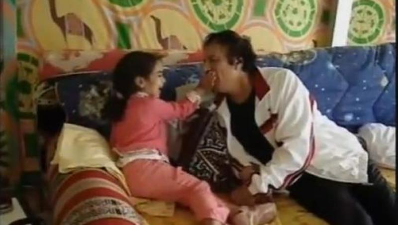 VIDEO! Imagini inedite cu Gaddafi: bunicul dictator care isi hranea si rasfata nepotii