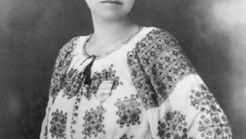 """""""Măndița"""", eroina României, nu are mormânt. Au operat-o, de cancer la sân, la lumina lumânării. Sufletul îi umblă, seară de seară, făr' de odihnă, pe aleile cimitirului"""