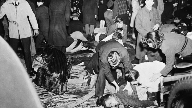De 8 x COLECTIV. 75 de ani de la cea mai mare tragedie dintr-un club. Un soldat a vrut să-și sărute iubita. A stins becul. Un picol a aprins un chibrit...492 de morți