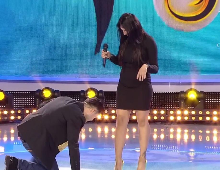 """Liviu Vârciu a ajuns la picioarele unei brunete superbe! """"Treci la locul tău, mă scoți din țâțâni!"""""""