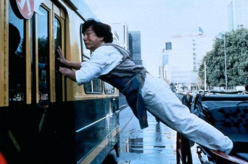 """Jackie Chan, altfel de cum îl știți. """"Bombardierul"""" din Hong Kong e un """"Băiat de treabă """"vineri, la Antena 1!"""