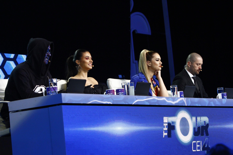 """Nimeni nu scapă de duel în această seară! Ultima bătălie pentru un loc pe scaunul """"The Four"""". Publicul are cel din urmă cuvânt!"""