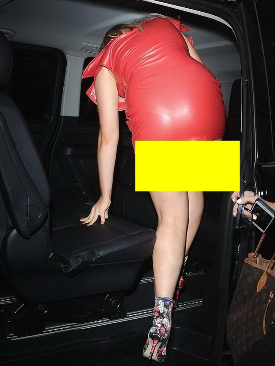 Uuuups! A urcat în mașină și a uitat cu ce e îmbracată! O cunoscută cântăreață a arătat TOT la plecarea din mall!