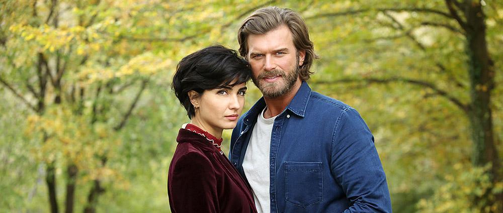 """Ea este femeia care l-a îmblânzit pe sex-simbolul Turciei. Cum arată soția lui Cesur din """"Iubire și răzbunare"""" (GALERIE FOTO)"""