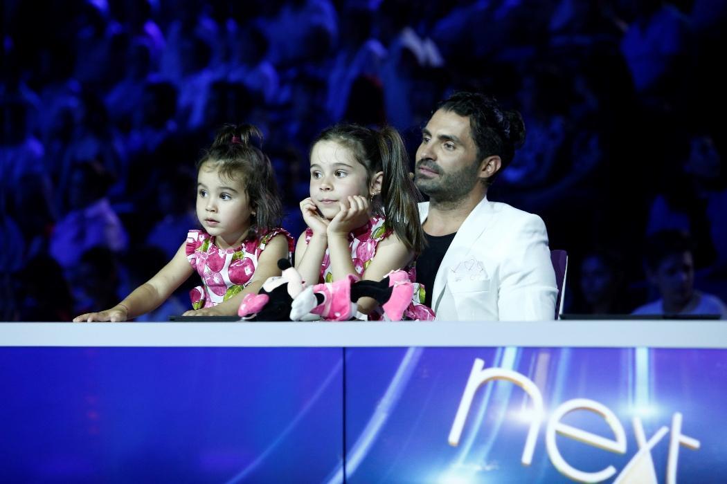 """Sâmbătă, 11 august, de la ora 20.00, la Antena 1. Pepe, sărbătorit pe platourile de filmare, la """"Next Star"""". Maria și Rosa i-au făcut o surpriză tatălui lor, la aniversarea zilei de naștere"""