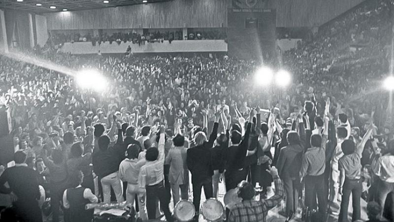 Te salut, generație în blugi! Cenaclul Flacăra facea 45 de ani, azi: