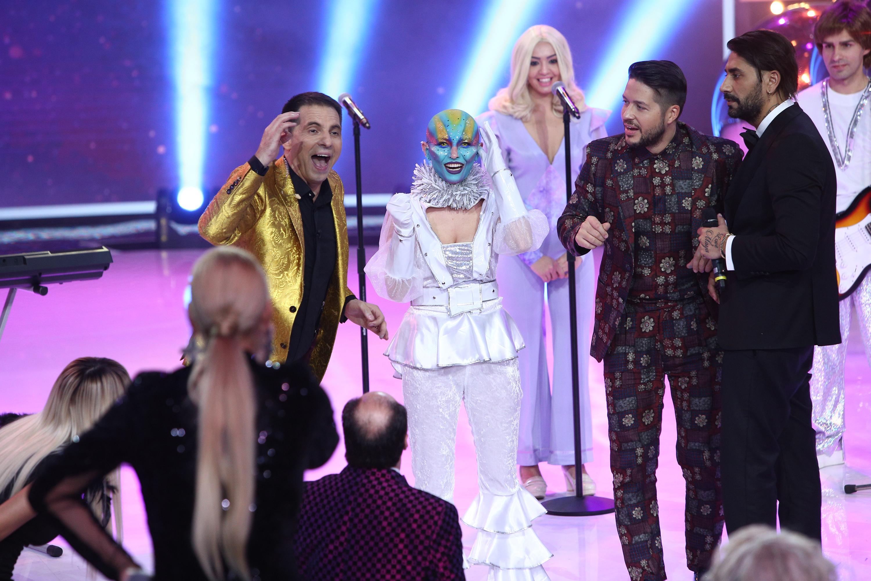 Frida din formația Abba a fost prezentă la Revelionul Starurilor! În spatele extraterestrului cu urechi mari se află o vedetă tare iubită! Oare cine să fie?