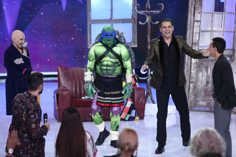 Oare cine se ascunde în spatele măștii? Țestoasa Ninja a indus în eroare toți invitații! Greu de recunoscut, dar nu imposibil!