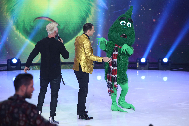 Grinch, cel care nu a reușit să fure Crăciunul, a furat atenția tuturor vedetelor de la Revelionul Starurilor! A fost o misiune grea să aflăm cine s-a ascuns în spatele măștii!