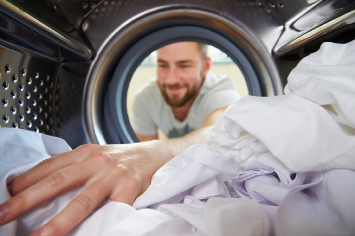 Un tată a fost la un pas de infarct, când a privit mașina de spălat! Soția i-a făcut o farsă uriașă! Ce se afla înăuntru