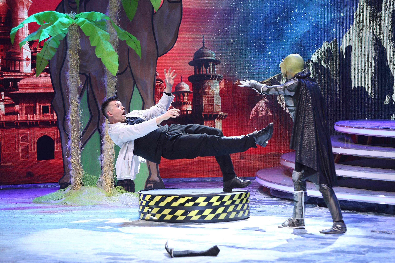 """Să fie magie! Masca Extraterestului a apărut din fum! """"Băi, ești nebun?! De unde a venit?"""""""
