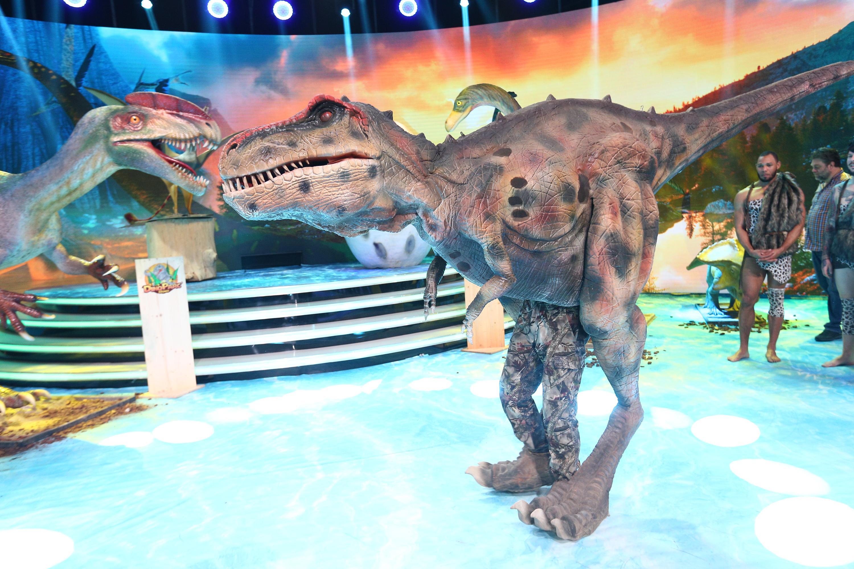 Un dinozaur imens a invadat platoul emisiunii Scena misterelor! Vocea vedetei a fost ghicită imediat