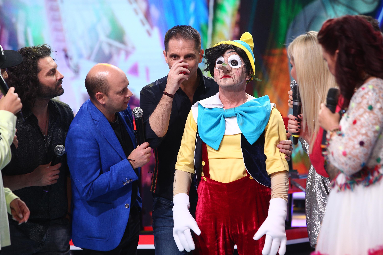 Pinocchio a făcut spectacol magic! Magicianul Lorenzo și-a făcut asistenta să dispară din cutia misterioasă