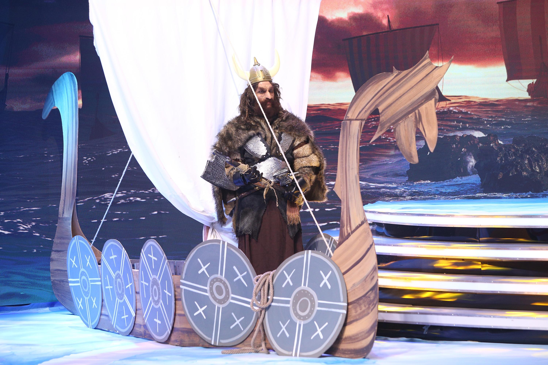 Ooh, jah jah, ce viking cu barca! Ce vedetă s-a deghizat în spatele fiorosului personaj de la Scena misterelor