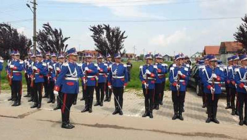 Polițistul Cristian Amariei a fost înmormântat, învelit în tricolor, cu onoruri militare. Imagini emoționante de la ceremonie