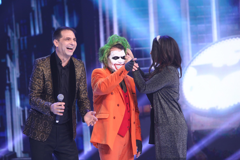 Recunoşti vedeta din spatele măştii lui Joker? Una dintre cele mai frumoase transformări de pe scena Revelionului Starurilor
