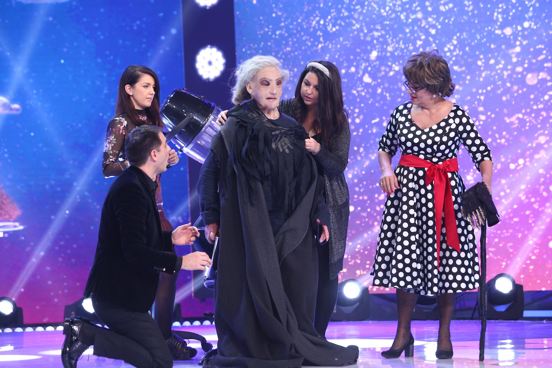 """Recunoşti vedeta din spatele măştii - Baba Cloanţa? Adriana Trandafir a fost ajutor de mască. """"M-am și speriat"""""""