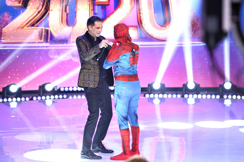 Recunoşti vedeta din spatele măştii - Spiderman? Personajul a refăcut celebra scenă a sărutului