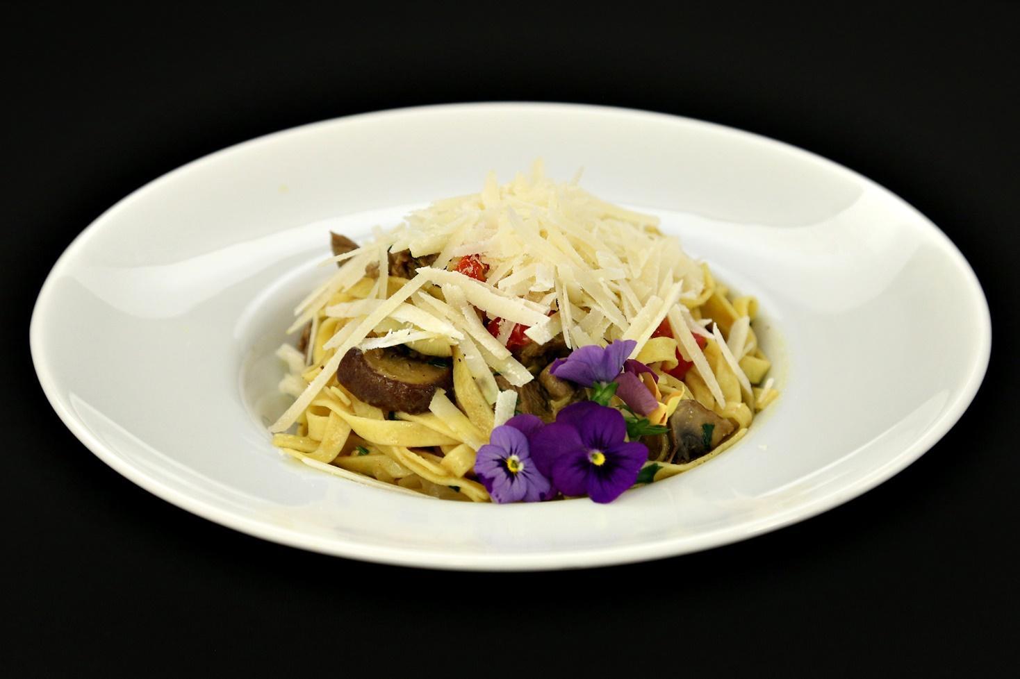 Tagliatelle cu muschi de vită și ciuperci în sos de roșii