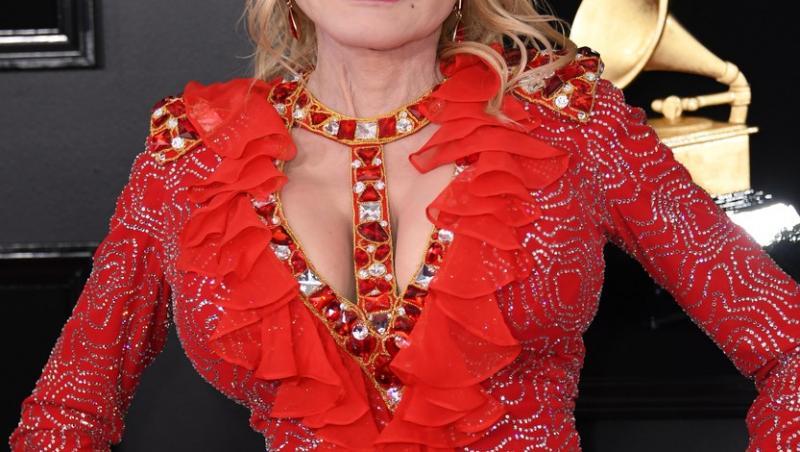 Dolly Parton îmbrăcată într-o rochie elegantă, roșie