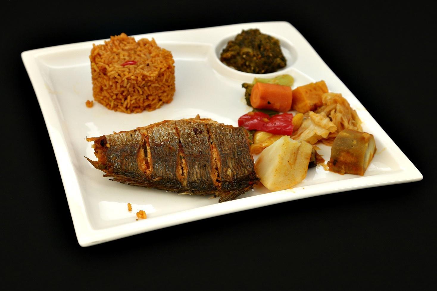 Rețetă senegaleză de pește cu orez și multe legume în sos concentrat de roșii