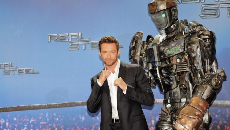 """Hugh Jackman, fotografiat alături de un robot, în Germania, în timpul campaniei de promovare a filmului """"Real Steel"""""""