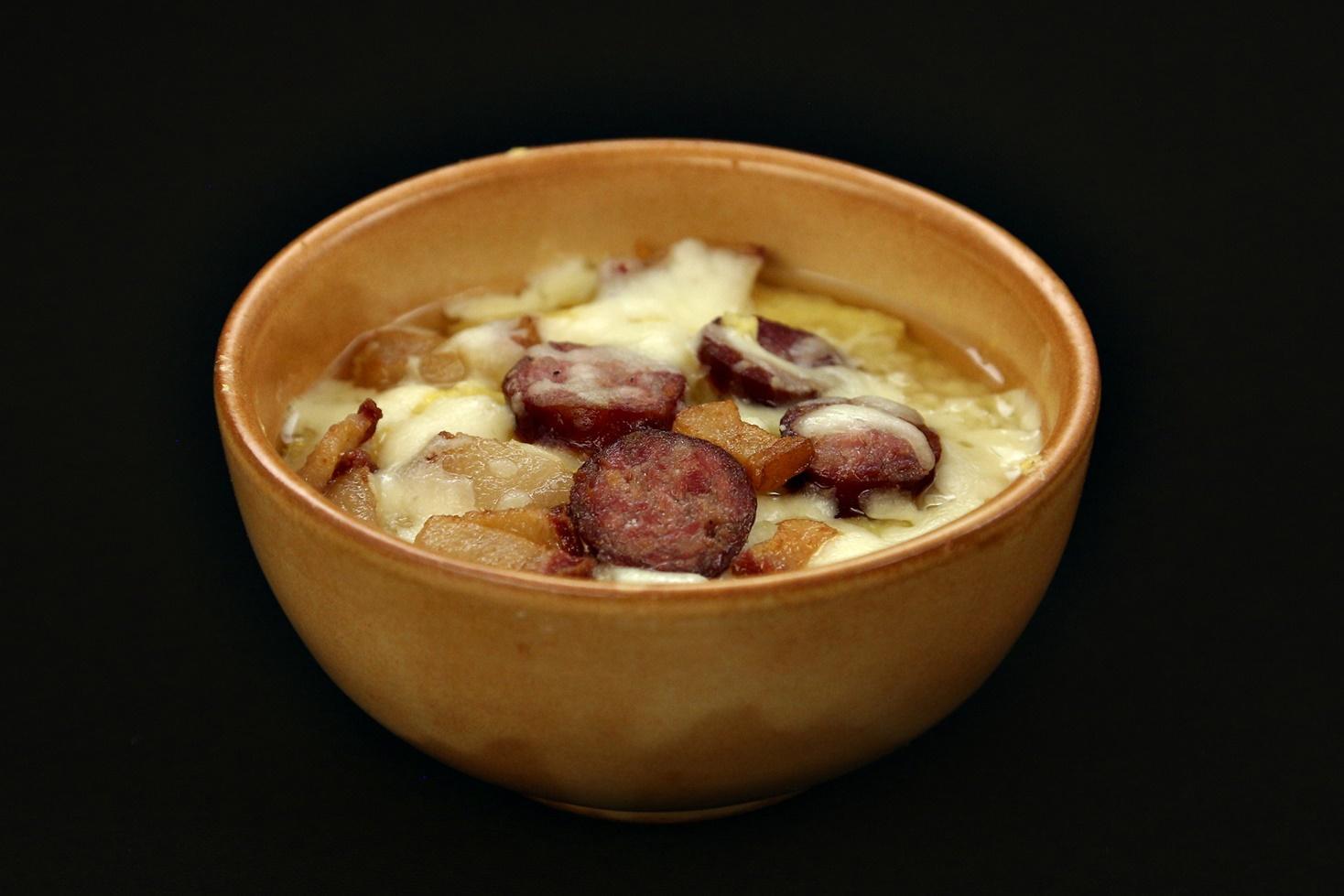 Mămăligă în straturi cu brânză și afumătură de porc, ca la Săpânța