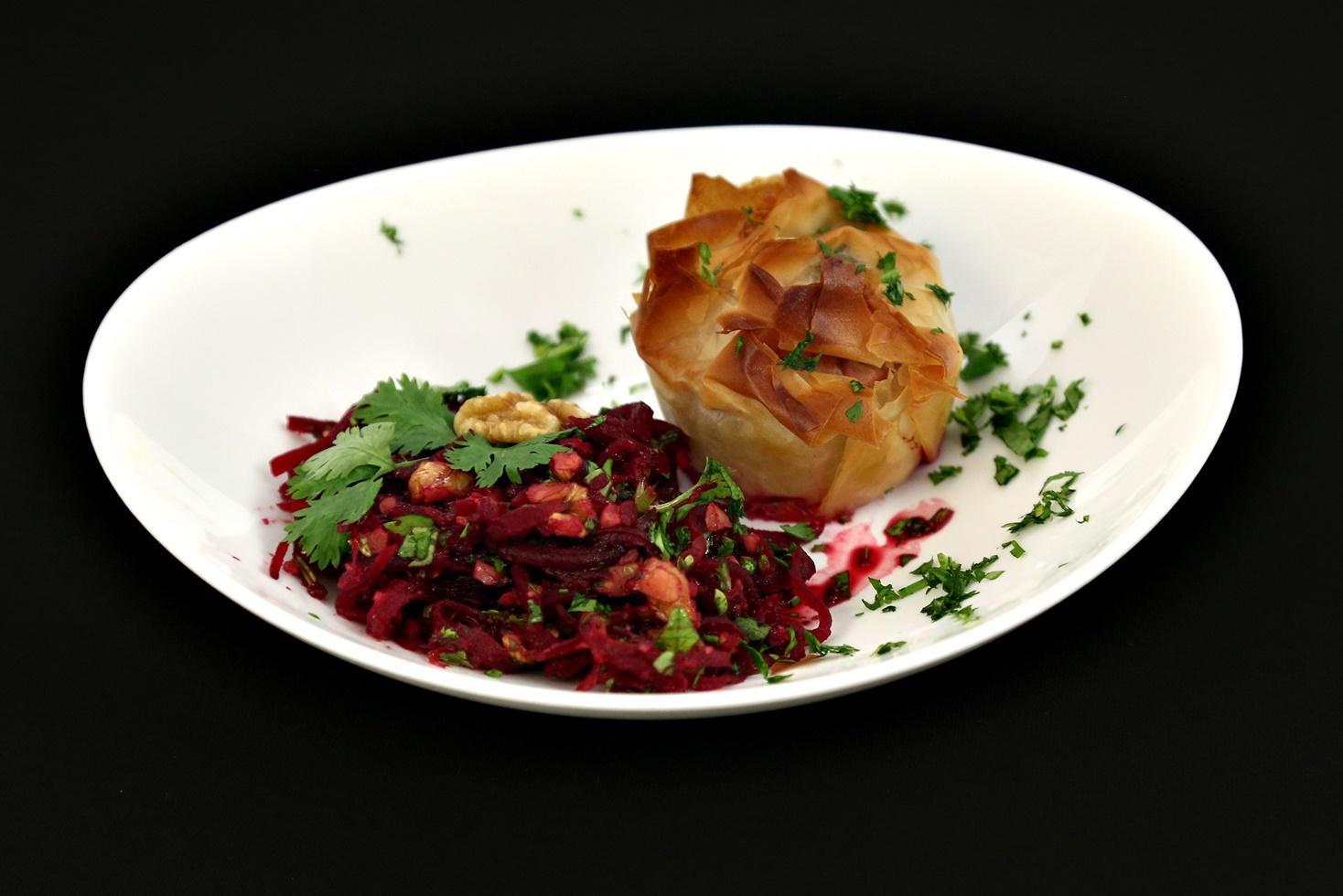 Placintă cu lobodă și leurdă servită cu salată de sfeclă cu nuci și coriandru