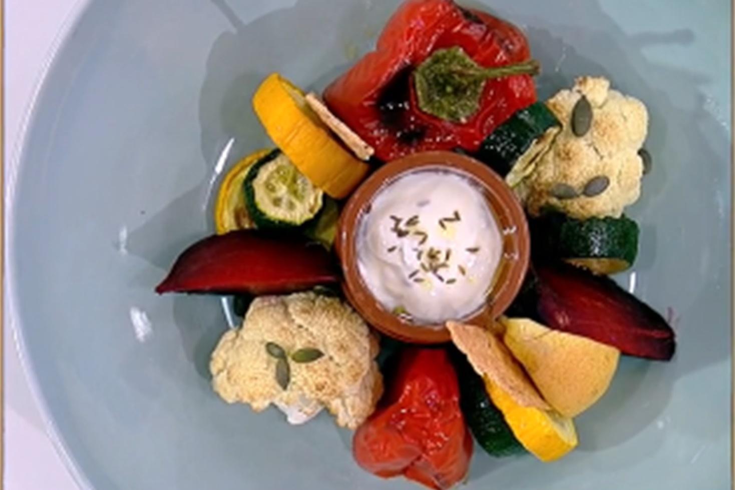 Rețetă de salată caldă cu legume coapte la cuptor și sos de iaurt cu brânză