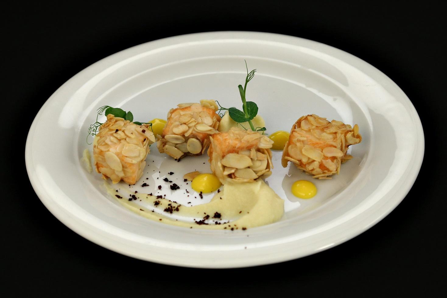 Somon în crustă de migdale cu piure de conopidă și cremă de mango