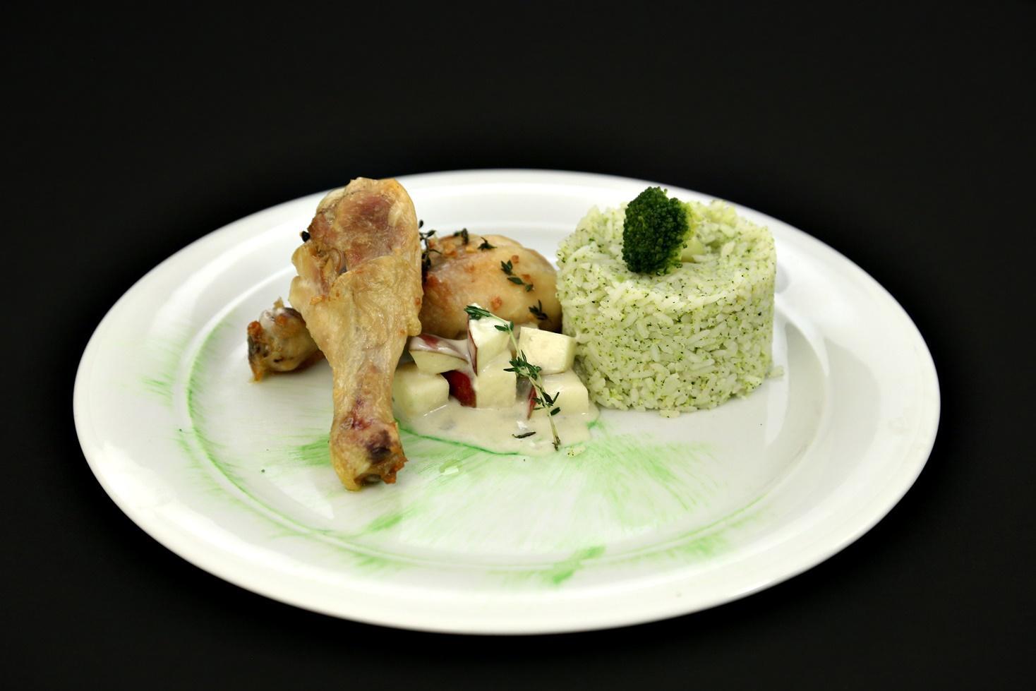 Pulpe de pui cu sos de brânză roquefort și garnitură de orez cu brocooli sotat în unt