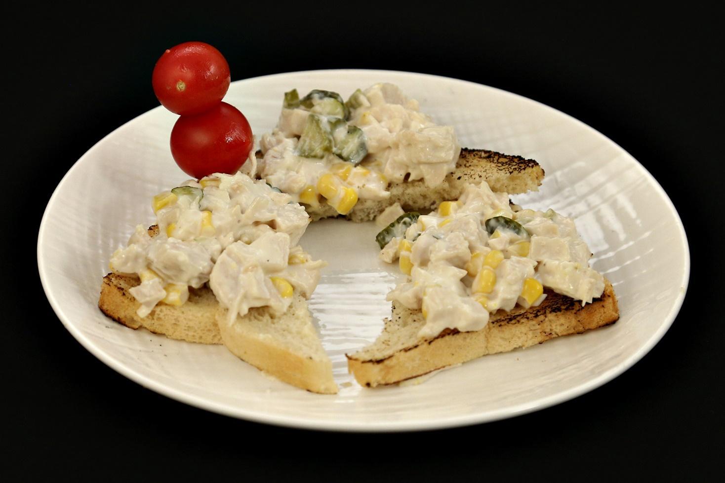 Salată de pui cu maioneză și castraveți murați
