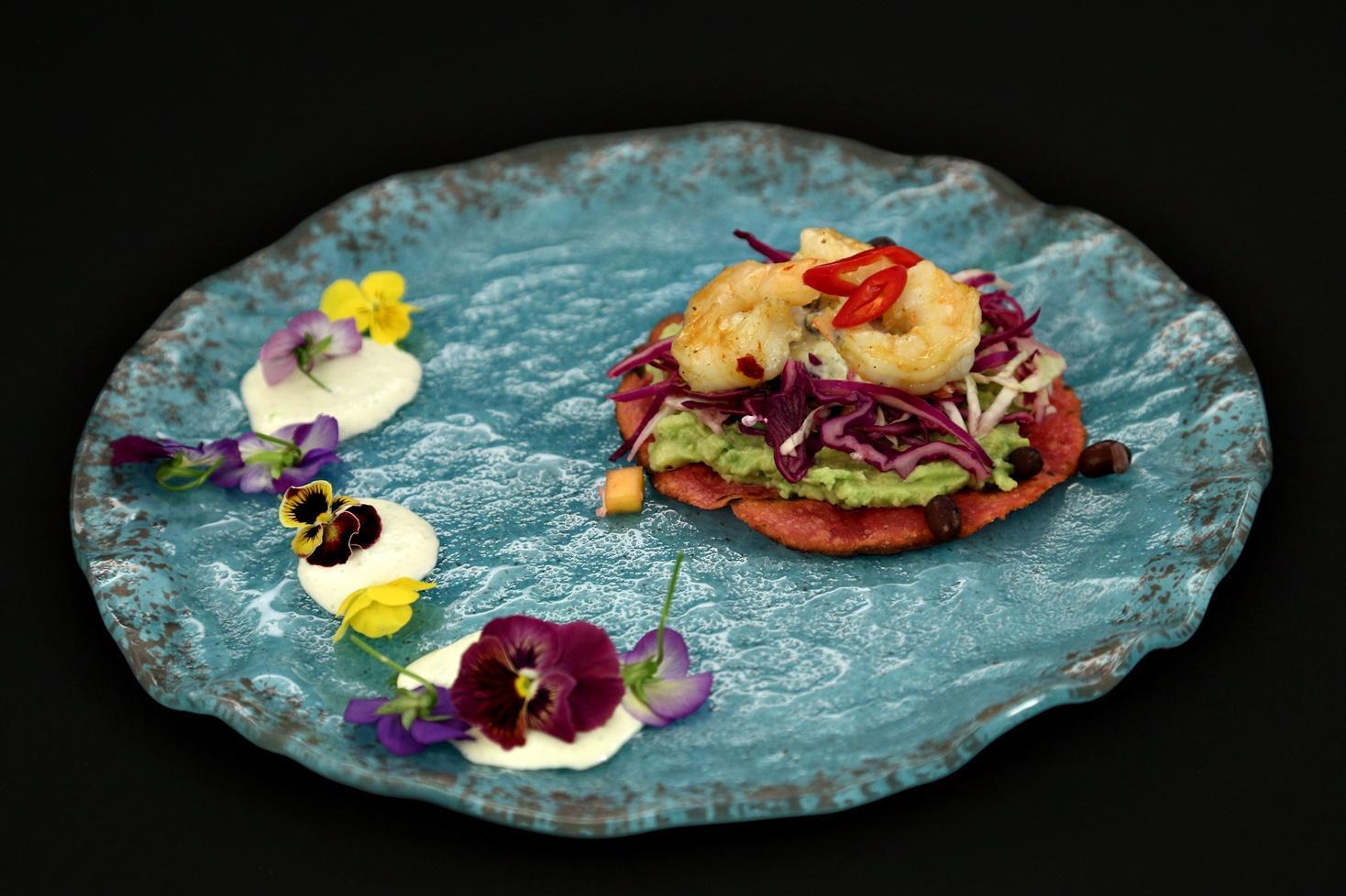 Tacos roșu cu creveți și salată
