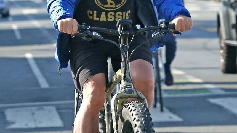 Arnold Schwarzenegger pe bicicletă
