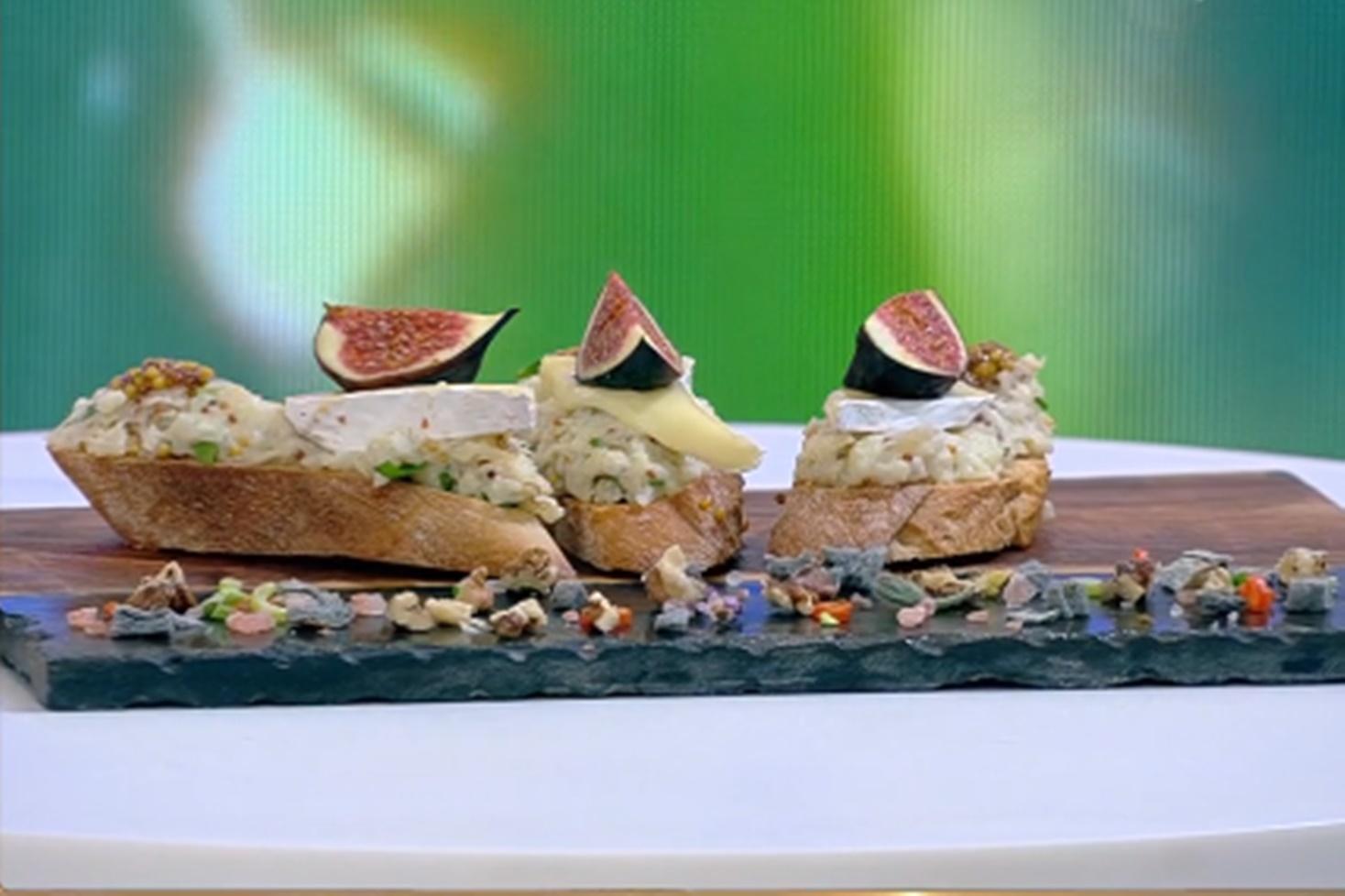 Salată de toamnă cu conopidă servită pe bruschete aromate