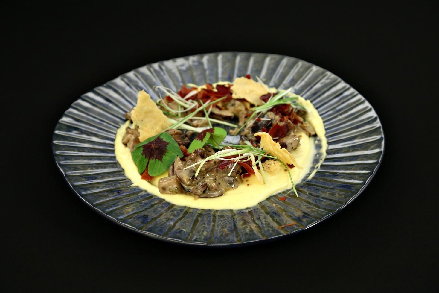 Rețetă de tocăniță de ciuperci cu mămăligă cremoasă și chipsuri de parmezan, gătită de concurentul Paul Maxim la Chefi la cuțite