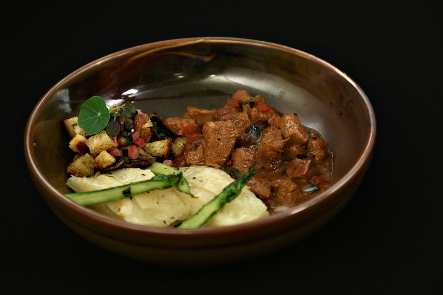 Rețetă de tocăniță de curcan cu sos cu cimbrișor, gătită de concurentul Vincent Lointier la Chefi la cuțite