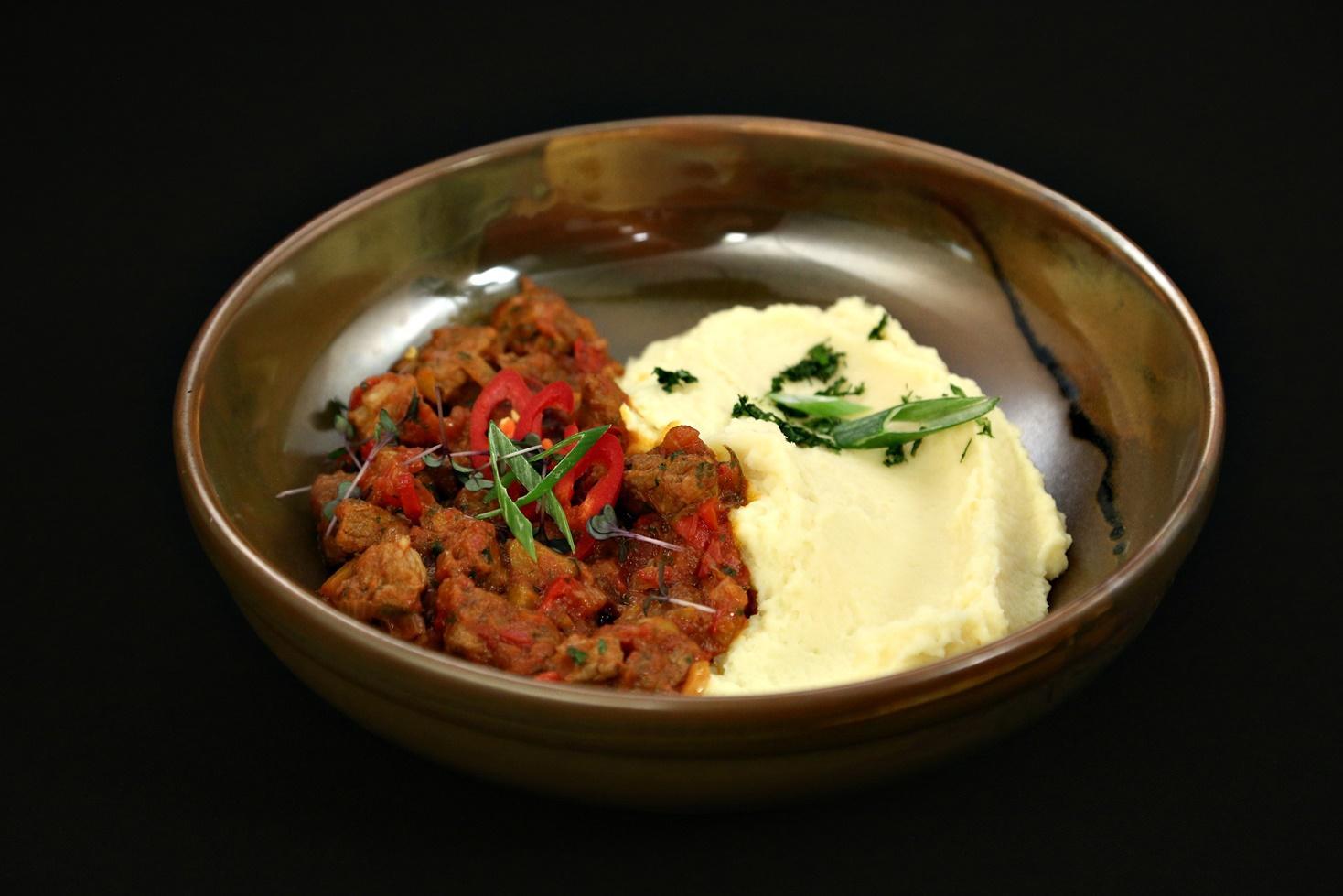 Rețetă de tocăniță de porc ușor picantă cu piure de păstârnac, gătită de Lavinia Ilcău la Chefi la cuțite