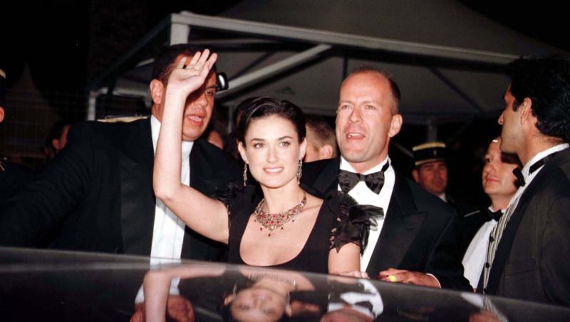 Demi Moore însoțită de Bruce Willis la Festivalul Internațional de Film de la Cannes, în 1997