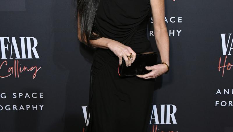 Demi Moore, la o ședință foto Venity Fair, purtând o rochie neagră, pe 4 februarie 2020