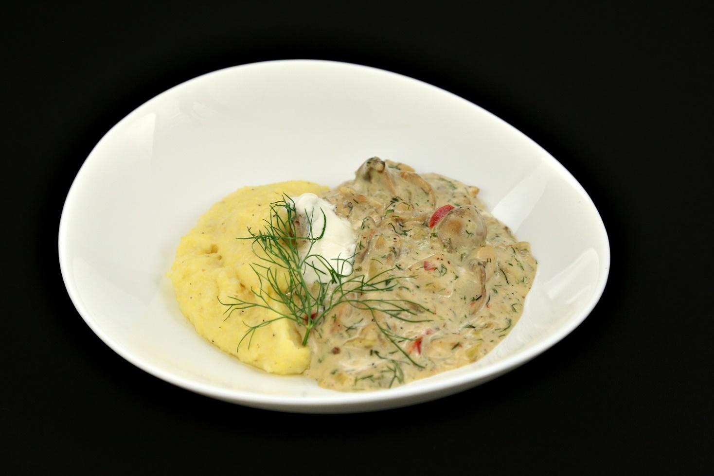 Rețetă de tocăniță de pui cu ciuperci și vin alb cu mărar și mămăliguță, gătită de Cristian Boca la Chefi la cuțite