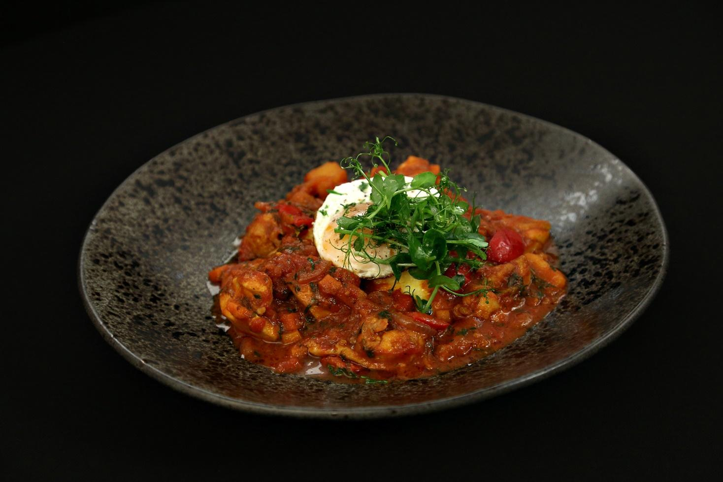Rețetă de tocăniță de pui cu legume și mămăliguță cu ou ochi, gătită de Alberto Chelu la Chefi la cuțite