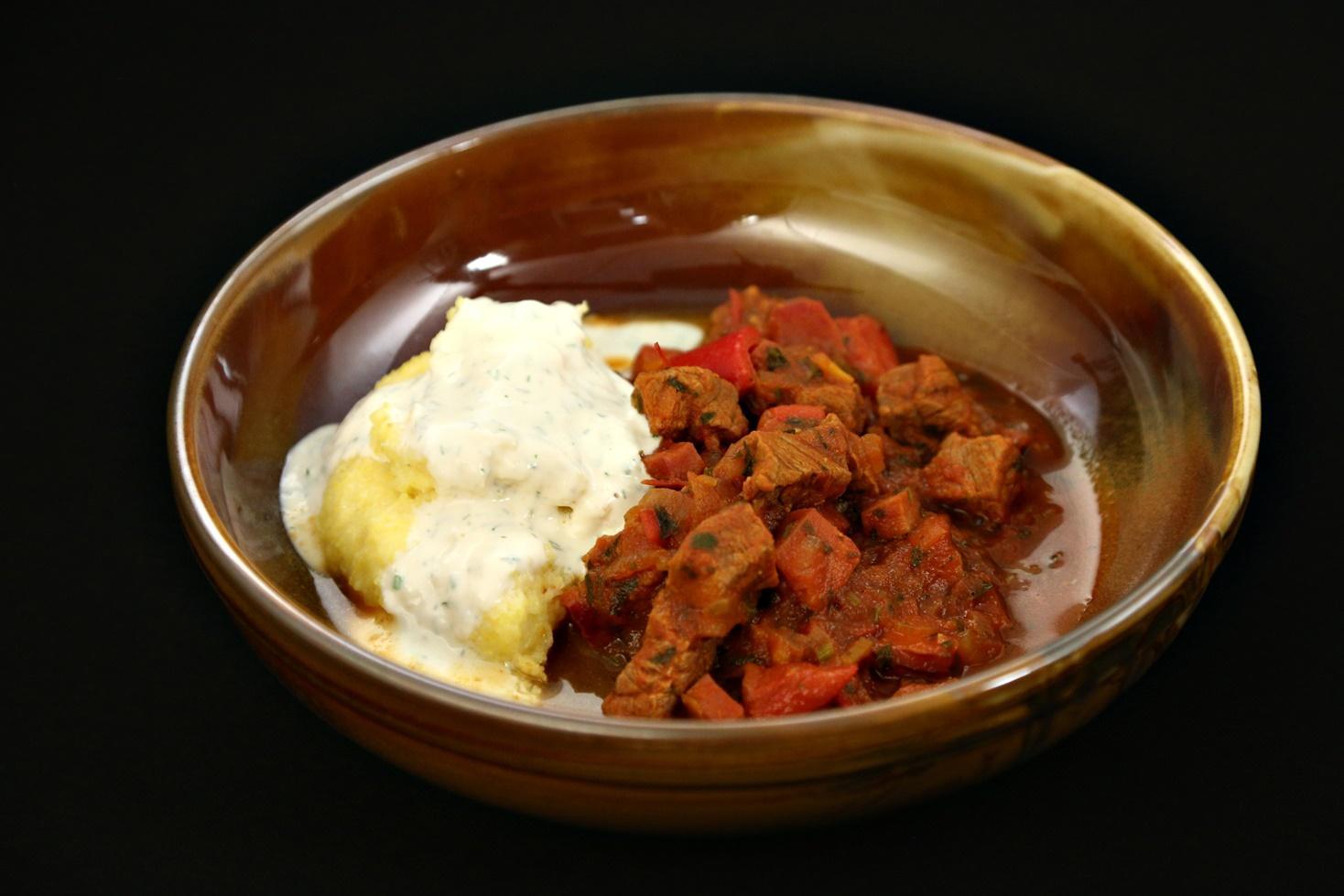 Rețetă de tocăniță cu influențe turcești și mămăliguță cu brânză și sos de smântână, gătită de Robert Vasiliu la Chefi la cuțite