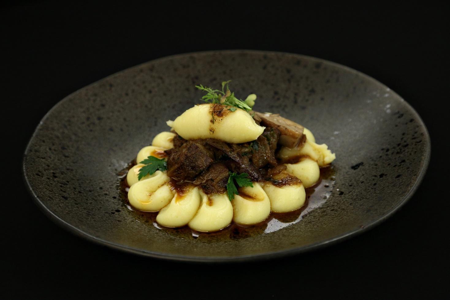 Rețetă de tocăniță de ceapă cu ficat de pui și piure de cartofi cu hribi sotați, gătită de Roxana Blenche la Chefi la cuțite