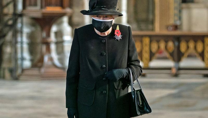 Regina Elisabeta purtând o ținută sobră și o mască de protecție neagră la evenimentul organizat de Ziua Comemorării